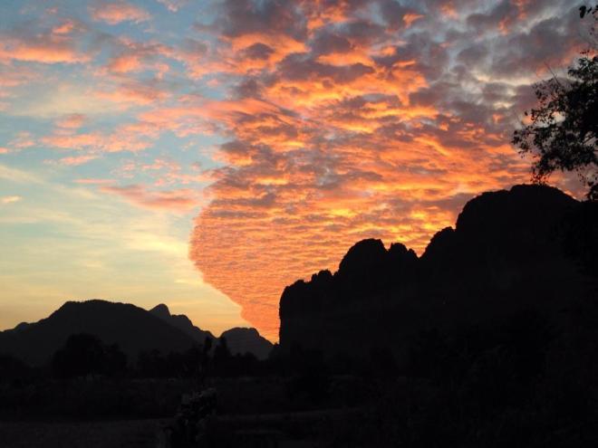 coucher de soleil, Vang Vieng, Laos   hintmytrip.com - Blog voyage tour du monde sac-a-dos