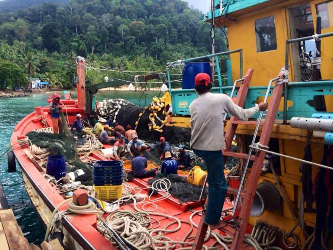 pecheurs bateau Tioman Pulau ile, Malaisie | hintmytrip.com Blog tour du monde sac-a-dos