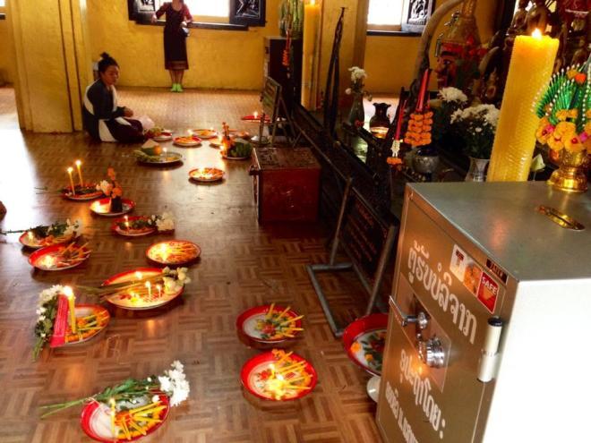 prieres et offrandes, temple bouddhiste, Vientiane, Laos   hintmytrip.com - Blog voyage tour du monde sac-a-dos