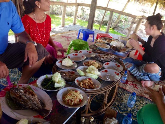 repas en famille dimanche, Vientiane, Laos   hintmytrip.com - Blog voyage tour du monde sac-a-dos